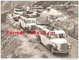 Reproduction Photographie De Plusieurs Bus Saurer En Excursions Sur Une Route Sinueuse - Riproduzioni