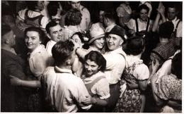 Amusante Carte Photo Originale En Vue Plongée Au Bal Du Samedi Soir Et Ses Couples De Danseurs Vers 1940/50 - Persone Anonimi