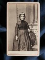 Photo CDV  Plumier à Liège  Femme âgée  Coiffe Avec De La Dentelle  CA 1860-65 - L502 - Photos