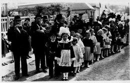 Défilé De Jeunes Bretons Un Jour De Fete  -   CPSM - Bretagne