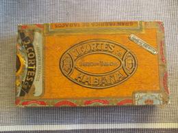Oude Sigarendoos J .  CORTéS   Begon In 1926 Te Moen Daarna Fabriek In  HEESTERT - Boites à Tabac Vides
