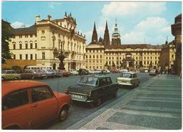 Praha/Prag: FIAT 850, SKODA 1000 MB, TRABANT 601 - Hradcanské Namesti Se Vstupem Do Prazskeho Hradu - (Czech) - Turismo