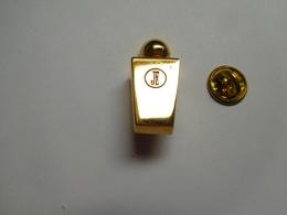 Superbe Pin's En Relief , Parfum Jacques Estérel - Perfumes