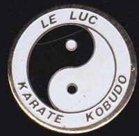 64868 -Pin's-Karaté Kobudo.Le Luc En Provence.Var. - Judo