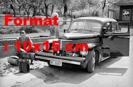 Reproduction D'une Photographie Ancienne D'un Homme Chargeant Son Automobile Au Carbure Brûlé En Suisseen 1940 - Repro's