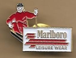 "Pin's Ski Skieur ""Marlboro LEISURE WEAR"" Cigarettes Philip Morris Holding S.A. New-York Lausanne - Wintersport"