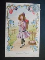 Petite Fille élégante Portant Une Hotte Pleine D'oeufs Sous Portique Dans Paysage Campagne - Gaufrée - Série 3436 - Enfants