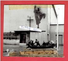 PHOTOGRAPHIE DE PRESSE VERS 1960 1970 INONDATION DEVANT L EGLISE SAINT LAZARE DE LEVES EN EURE ET LOIR - Places
