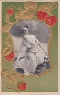 28006  Cpa Oh Les Jolies Fraises Avec Madame Melba Au Milieu ! Femme Nue Modern Style 1900 Relief Doré S 446 Strawberry - Landwirtschaftl. Anbau