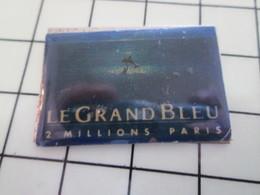 416c Pin's Pins / Beau Et Rare / THEME : CINEMA / FILM LE GRAND BLEU BESSON 2 MILLIONS D'ENTREES PARIS - Cine