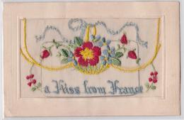 Carte Postale Gaufrée Brodée Militaire Guerre 1914 Carton Dans Pochette A Kiss From France Embroidered Postcard WW1 - Bordados