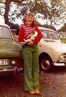 Photo Couleur Originale Jeune Adolescente Au Chaton Posant Entre Une Renault 4 L & Une Ford Taunus Vers 1970 - Automobile