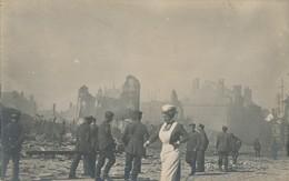 59) LILLE : Carte-photo Allemande : Guerre - Ruines - 1.WK - WW1 Après Le Bombardement De 1916 - Animée - Infirmière - Lille