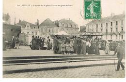 CPA CHOLET - UN COIN DE LA PLACE TRAVOT UN JOUR DE FOIRE - MANEGES DE CHEVAUX DE BOIS - Cholet