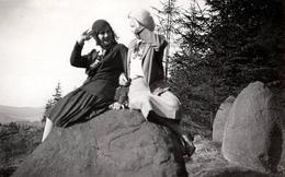 Photo Originale Pin-Up En Tête à Tête Sur Un Rocher Se Faisant Un Salut Militaire Vers 1930 - Pin-up