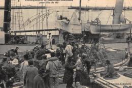 LA ROCHELLE : Embarquement De Prisonniers Allemands Pour L'ile De Ré - Tres Bon Etat - La Rochelle