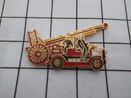 1216c Pin's Pins / Belle Qualité Et TB état !!!! : THEME : POMPIERS / SAPEURS POMPIERS CAMION ROUGE GRANDE ECHELLE RETRO - Bomberos