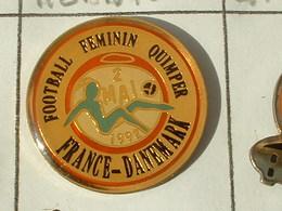 PIN'S  FOOTBALL FEMININ QUIMPER - FRANCE / DANEMARK  -   FINISTERE - BRETAGNE - Calcio