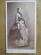 CDV Photographie De CARJAT - Jeune Femme Debout - Grande Robe Crinoline - Circa 1865/70 - BE - Foto