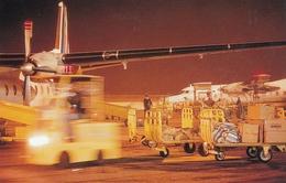 Avion Postal Attente Sacs Postaux Sur Le Tarmac De Nuit - Poste & Facteurs