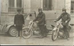 2CV Camionnette Et Motos  Région La Ferté Bernard à Identifier- Photo De Presse Originale - Années 50/60- 7.5cm X 12cm - Motorräder