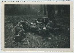 Jeunes Militaires Au Repos. Sieste. Militaria. École Militaire. Fontainebleau, Avril 1945. Gay Interest. - Persone Anonimi