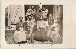 """Cpa Carte Photo 1917, Militaires Avec Enfants évacués, Réfugiés, Grands Parents Et """"popotière"""" - Guerra 1914-18"""