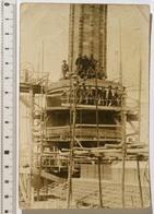 CARTE-PHOTO 9x14cm Chantier Construction D'un Chateau D'eau, Réservoir, Cheminée D'usine. MAUVAIS ETAT - Métiers
