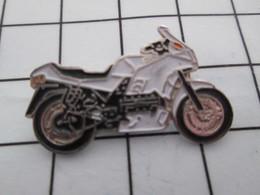 1216c Pin's Pins / Belle Qualité Et TB état !!!! : THEME : MOTOS / MOTO ROUTIERE NOIRE ET BLANCHE - Motorfietsen