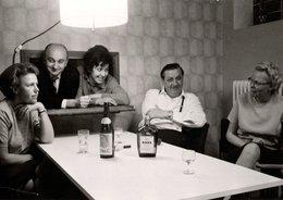 Photo Originale Portrait D'un Couple D'Invités Bloqués Dans La Passe Plat D'une Soirée Chez Des Amis, Ou Pas ! 1967 - Persone Anonimi