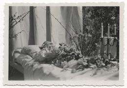 PHOTO ANCIENNE Portrait Post Mortem Fleur Bougie Lit Photographie Corps Mort Photo Mortuaire Décès - Anonyme Personen
