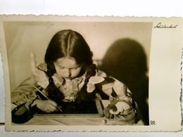 Schularbeit. Alte, Seltene AK S/w. Gel. 1935. Mädchen Mit Zöpfen Schreibend über Eine Schiefertafel Geneigt - Ohne Zuordnung