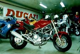 Photographie D'u Garage De Moto Ducati - Non Classés