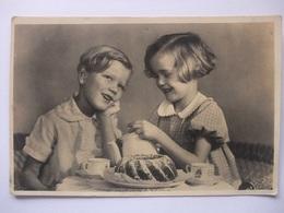 T54 Ansichtkaart Kinderen - Jongen En Meisje Drinken Thee - Portraits