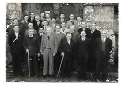 PHOTOS LES AC ET PG DE KERNASCLEDEN BANQUET 11 NOVEMBRE 56 DEVANTL'EGLISE GOTHIQUE J EVENO PRIZIAC MORBIHAN - Frankrijk