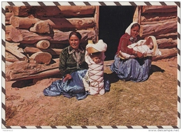 3AD744 NEW MEXICO NAVAJO WOMEN SIT IN FRONT OF THEIR LOG AND MUD HOGAN   2 SCANS - Etats-Unis