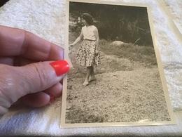 Photo Noir Et Blanc Femme Sur Un Chemin Avec Enfants Corps était Coupée Lui Donnant La Main - Anonyme Personen