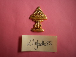 Feve PERSO Ancienne En Métal Doré - PIECE MONTEE - DALLOYAU - RARE ( Feves Figurine Miniature ) - Antiguos