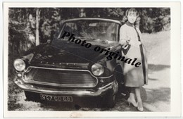Photo Originale Autos Voitures Automobiles Cars - Coupé Simca Aronde Plein Ciel - Jeune Femme En 1963 - Automobiles