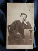 Photo CDV  Bernoud à Florence  Homme Assis Accoudé Sur Un Guéridon  Jambes Croisées  CA 1865 - L503 - Antiche (ante 1900)