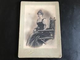 CDV PHOTO Grand Format - Très Jolie Demoiselle En Robe Au Fort Decolleté - REUTLINGER PARIS - Anciennes (Av. 1900)