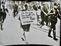 Photo PRESSE WW2 WWII : HOLOCAUST _ Photo Affiche JUIF MALMENE Par Les HITLERIENS à MUNICH - Krieg, Militär