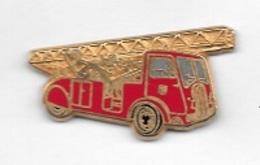 Pin's  Doré  Camion  Sapeurs  Pompiers  Verso  ECHELLE  24 M  SUR  PORTEUR  1938  Signé  BALLARD - Bomberos