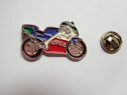 Superbe Pin's En Relief , Moto Aprilia - Motorfietsen