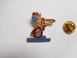 Superbe Pin's En EGF , Moto , Moto Club Saint Léonard Des Bois , Sarthe , Signé Aurore Mamers - Motorfietsen