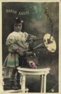 Portrait Fillette  Devant Un Gramophone  Bébé Vous Jure Son Amour  BONNE ANNEE  RV - Portraits