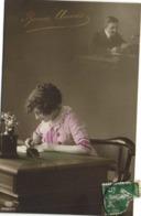 Couple Jeune Femme Ecrivant Une Lettre En Pensant à Son Homme Qui La Recoit Bonne Année RV - Couples