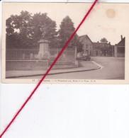 CP 62  -   ISBERGUES -  Le Monument Aux Morts Et La Place - Isbergues