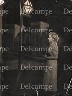 Art Photo - WOMAN FEMME Next To The Corner Lantern & Painting Backdrop Curtain - SURREALISM Photo 21x16cm 1950' - Photographs