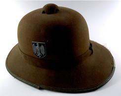 Wehrmacht, Afrikakorps, Tropenhelm, 2. Modell, Fertigung Aus Olivfarbenem Filz, Mit Beiden Emblemen Aus Feinzink Und Mit - Casques & Coiffures